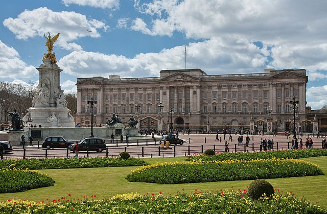 Travel Tip: Where to Sleep Near the Buckingham Palace