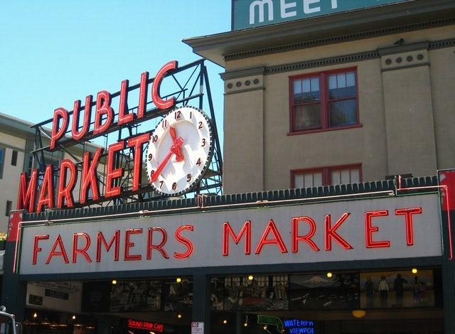 Voir les garçons de Pike Place Fish Market  à travers une promenade