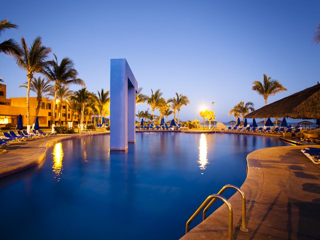 WestJet Vacations - Up to two kids stay and eat free in Los Cabos!