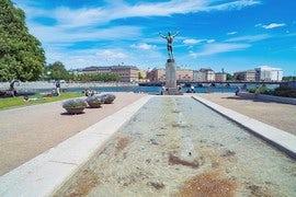 stockholm_city_helgeandshomen_riksplan_stream_water_statue_figure.jpg